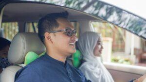 Keluarga bahagia memandu, menjimatkan wang dan menjimatkan bahan bakar